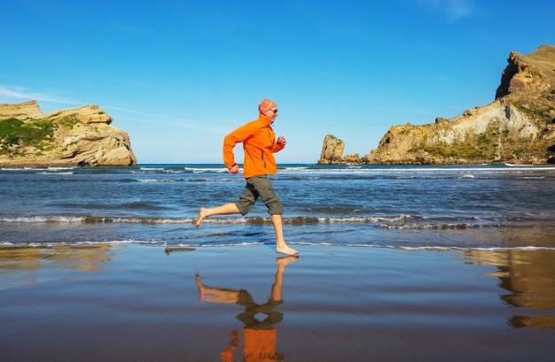 homme pratiquant le running en bord de mer