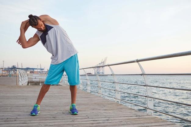 Un homme s'échauffe avant de pratiquer le running