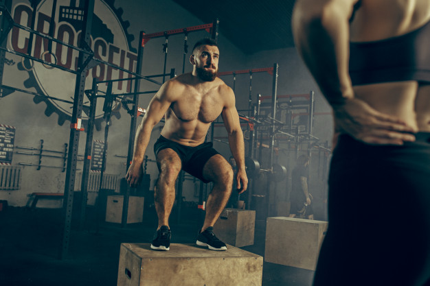 un homme réalisant des box jumps en cross training : quels en sont les risques ?