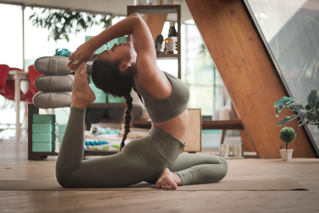 Une femme réalisant une posture de yoga pour le dos