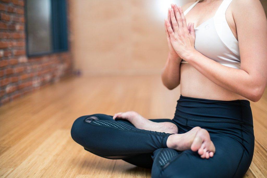 Une femme pratiquant le yoga débutant pour l'aider à se relaxer et à se détendre