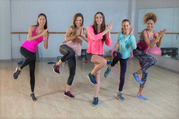 groupe de femmes réalisant un cours de LIA : low impact aerobic
