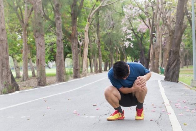 un sportif souffrant du genou à cause d'une blessure de running