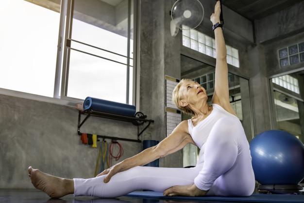 personne âgée s'échauffant avant de pratiquer la gym douce