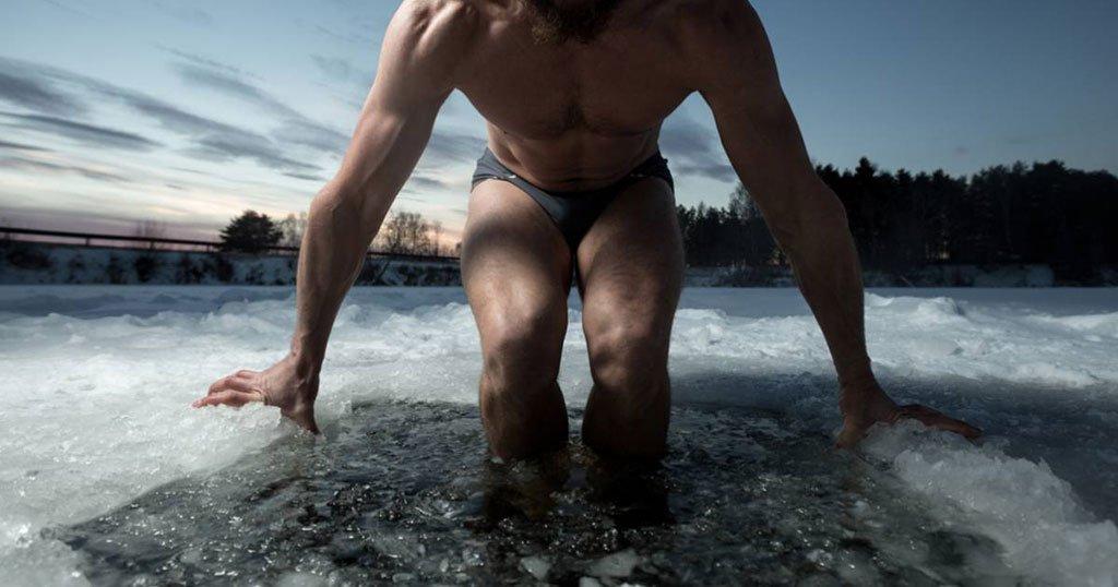Un homme en train de tester le bain écossais pour récupérer après sa séance de running