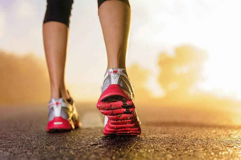une femme pratiquant le running et cherchant à optimiser sa récupération après une séance