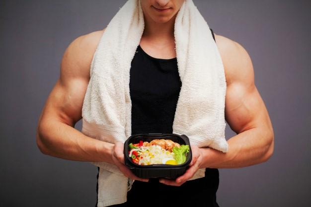 sportif s'apprêtant à consommer un repas adapté à la nutrition de cross training