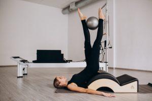Une femme suit des conseils pour bien pratiquer le Pilates