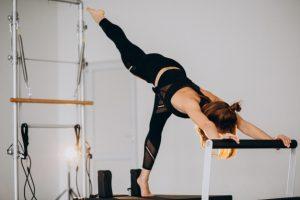 Une femme se sert de matériel pour sa séance de Pilates