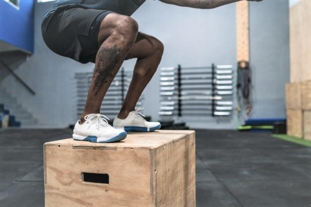 un sportif saute sur une plyo box en bois contreplaqué
