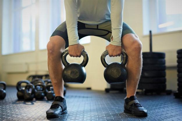 Un homme réalisant un squat en niveau Scaled