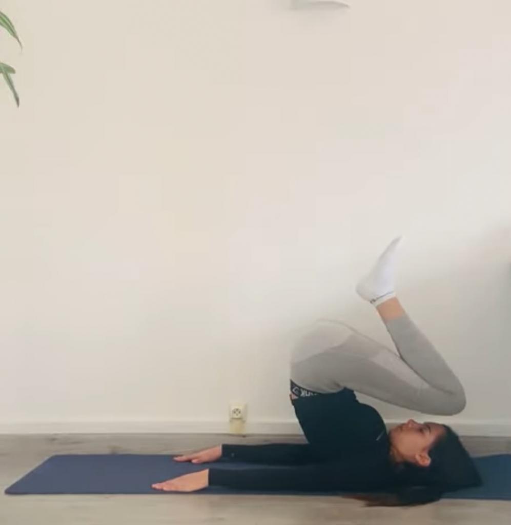posture de la chandelle : étape 2