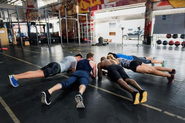 un groupe de sportifs mettant en application des conseils pour le cross training et ainsi mieux performer