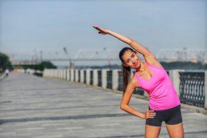 une femme réalisant des exercices spécifiques pour le running afin d'améliorer ses performances