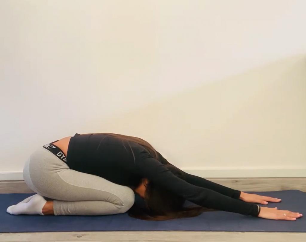 Une séance de yoga pour débutant avec la posture de l'enfant