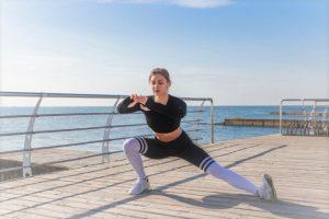 une femme réalisant des exercices de renforcement musculaire spécifiques à la pratique du running