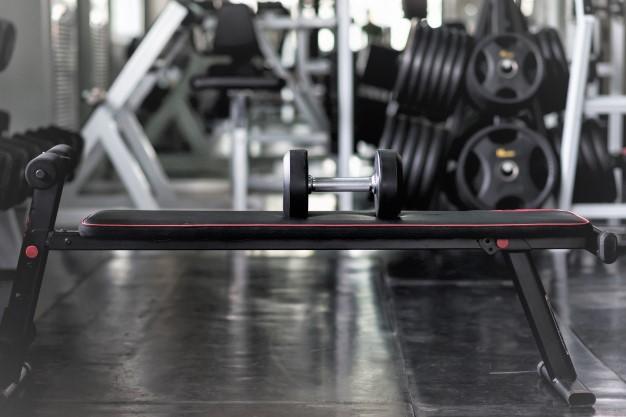 un banc de musculation pliable pour réaliser de nombreux exercices