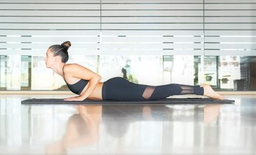 Une femme fait du gainage lombaires pour son renforcement musculaire