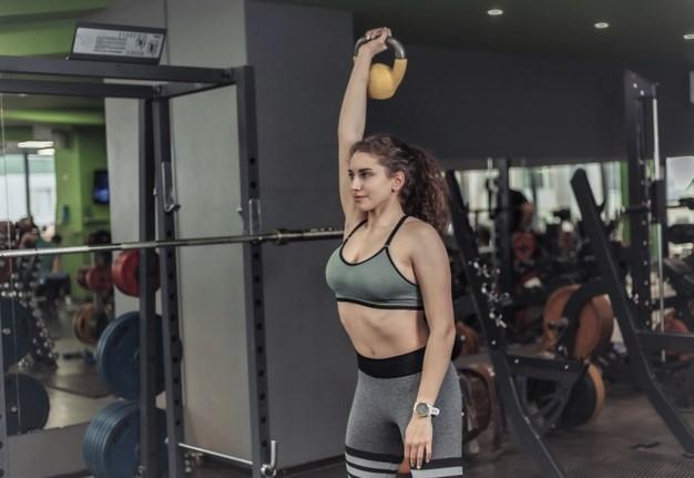 Séance stabilité de l'épaule : une sportive en train de faire du cross training