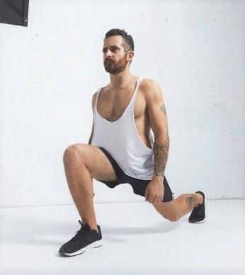 Un homme réalise une fente pour son renforcement musculaire
