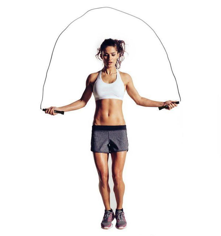 Une femme pratiquant la corde à sauter