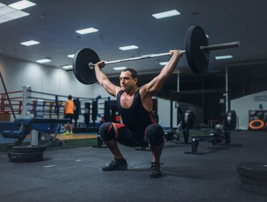 le blood flow restriction au niveau des genoux pour cibler le développement des quadriceps
