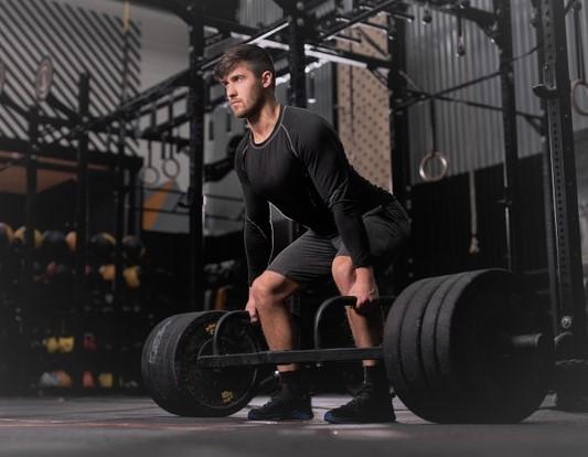 un sportif en train de s'entrainer en musculation