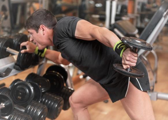 homme réalisant des extensions de triceps : un exercice de pré fatigue