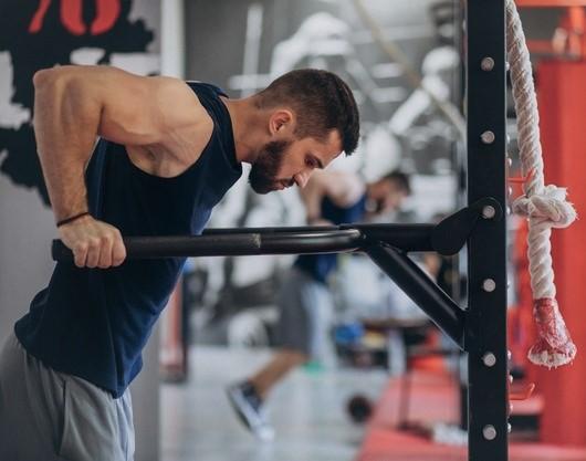 sportif réalisant des dips après avoir réalisé un exercice de pré fatigue pour ses triceps
