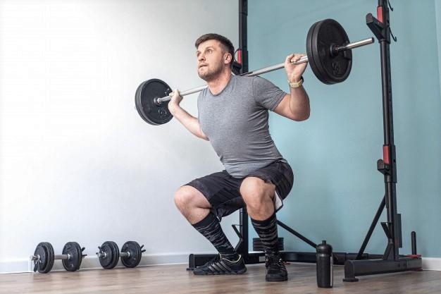 sportif appliquant le temps sous tension à l'exercice du squat