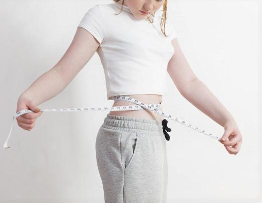 une femme dont l'objectif est de perdre de la graisse, au niveau du ventre