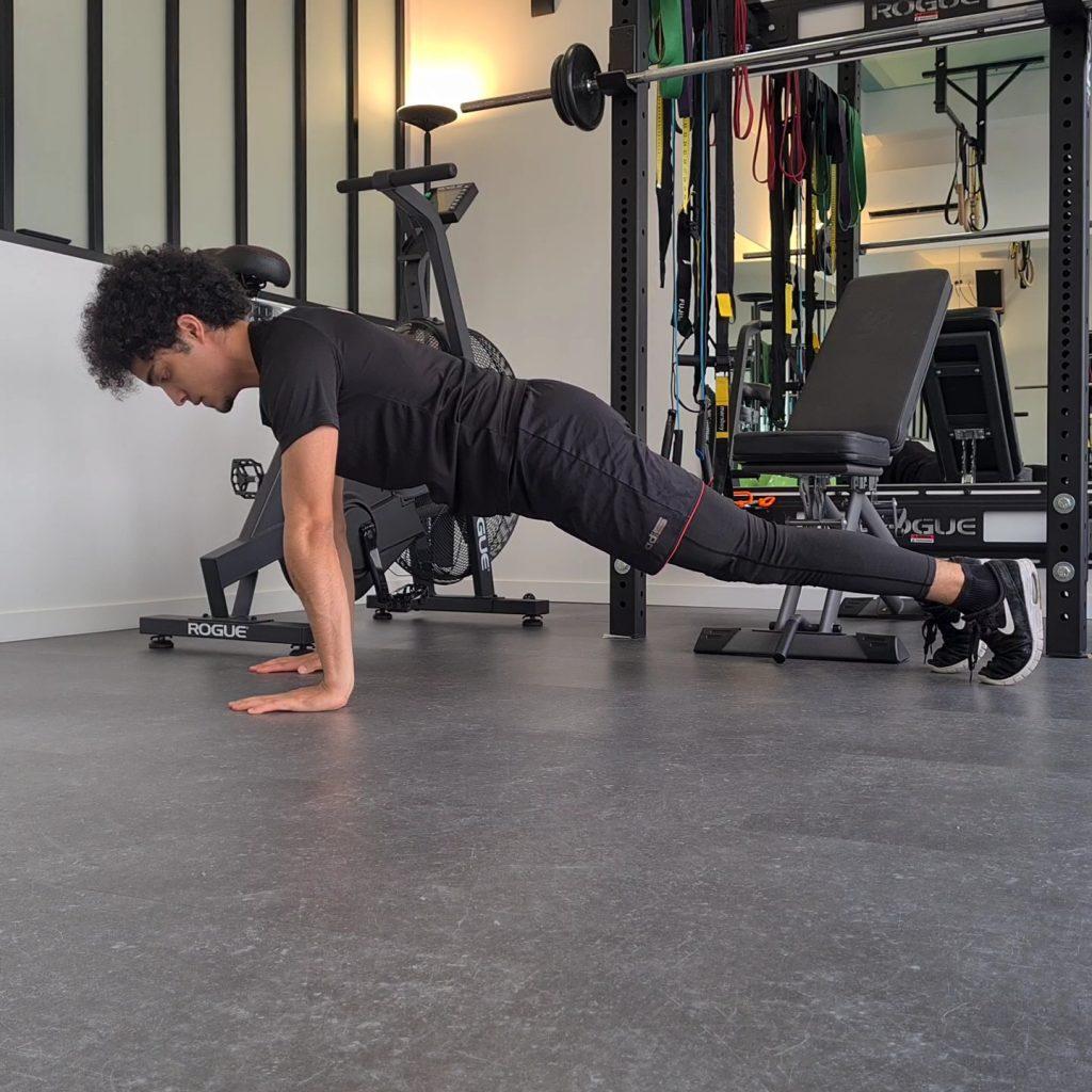 Position de départ bras tendus d'une pompe spiderman