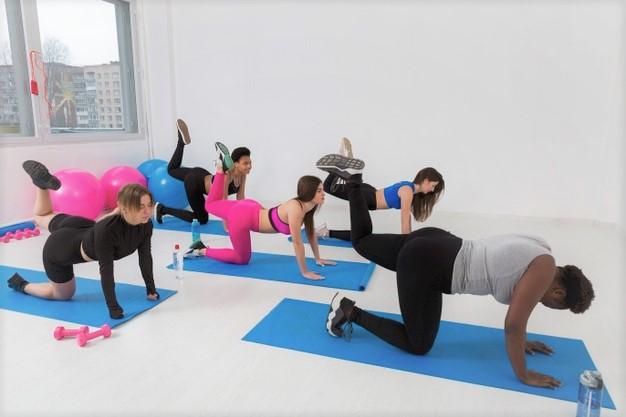 Exercice de fitness à la maison : le donkey kick