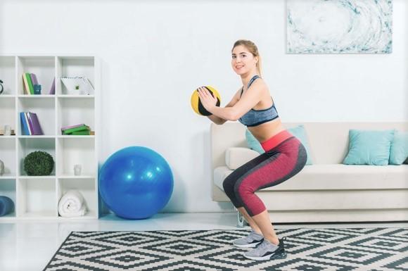 femme réalisant une séance de gym à la maison