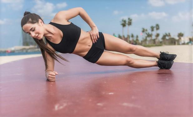 femme en train de réaliser un exercice de musculation au poids du corps