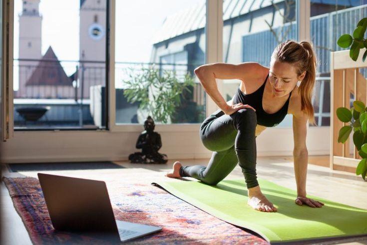 Une femme en train de faire des exercices de Fitness à domicile