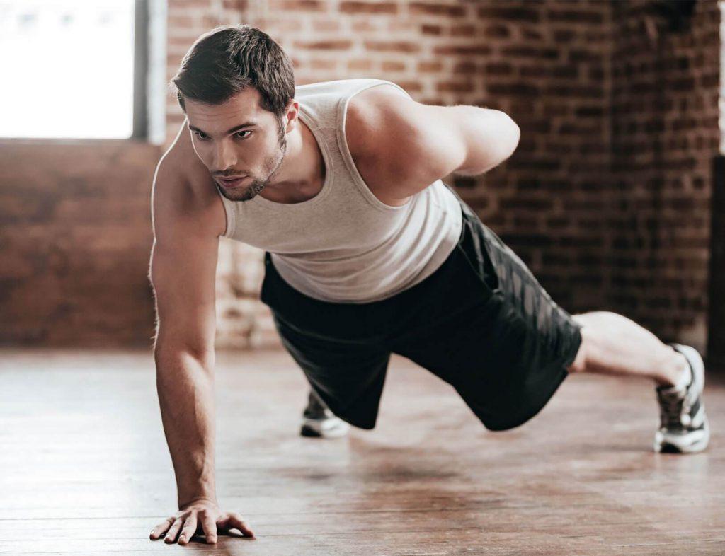 Un homme pratique un exercice de musculation à la maison.