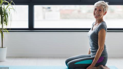 Femme en train d'effectuer un programme de Fitness à domicile