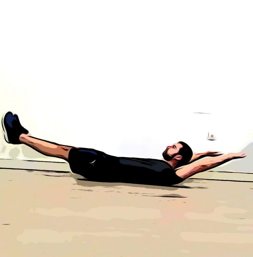 Un sportif réalise un Hollow Hold au sol.