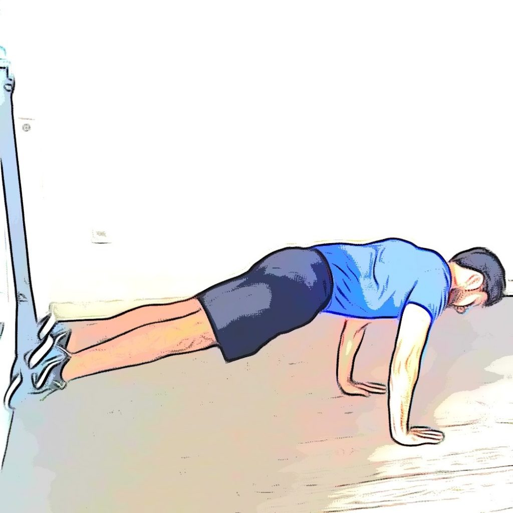 Un entraineur sportif réalise l'exercice de Mountain Climbing.